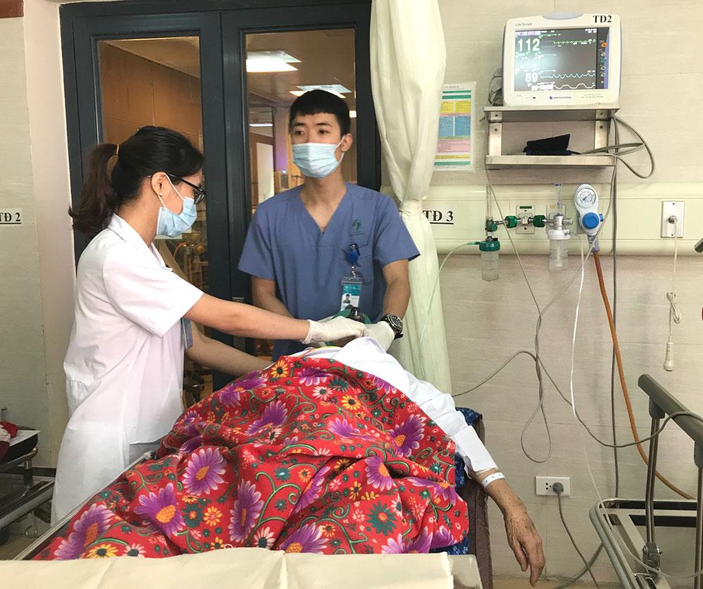 bệnh nhân đang cấp cứu do tai biến đột quỵ trong mùa nóng